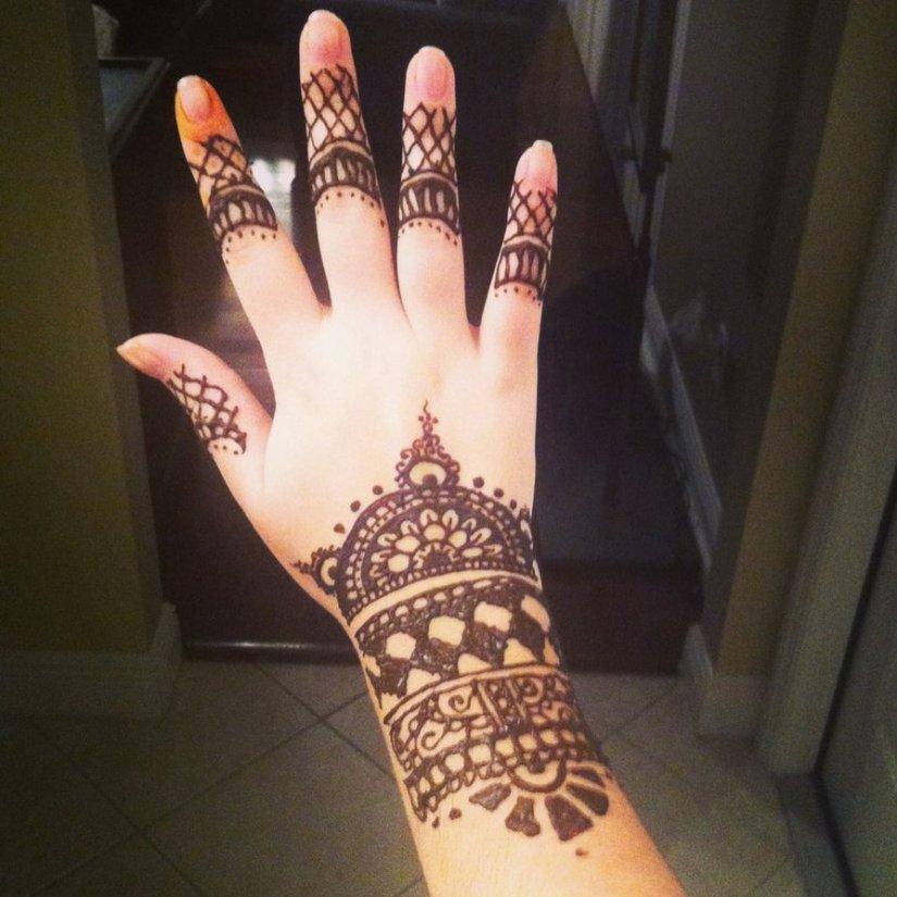 Lovely Henna Tattoo Design On Fingers n Wrist For Girls