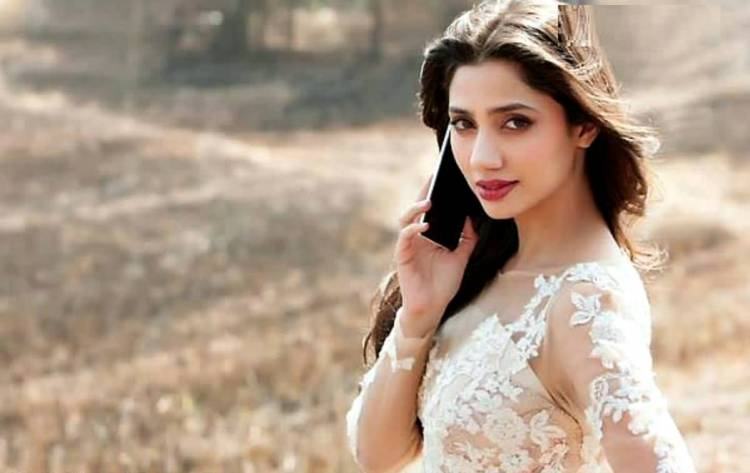 mahira khan's photo with calling on phone