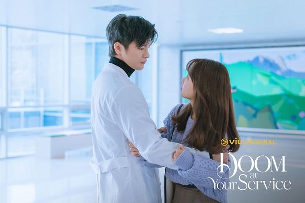 Doom At Your Service Tayang Perdana Hari Ini, Berikut 5 Kesamaan Park Bo Young dan Seo In Guk