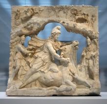 Íránský bůh slunce Mithra zabíjející býka. Tato scéna je zmíněna v textu Zoroastrismu, který se zmiňuje o tom, že obětování býka Hudayos a snědení jeho masa je jedinou cestou k porážce zlého Ahrimana. Býkova krev představuje oheň. Ermitáž v Petrohradu. Zdroj: Wikimedia Commons. Photographed by Jean-Pol Grandmont.  Historik Will Durant říká o uctívání Ahury-Mazdy:  [su_quote cite=