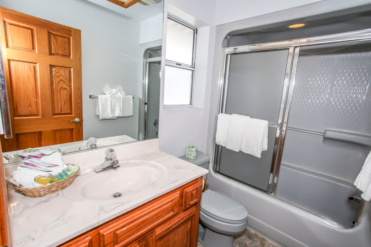 Modern bathroom with Shower/Bath.