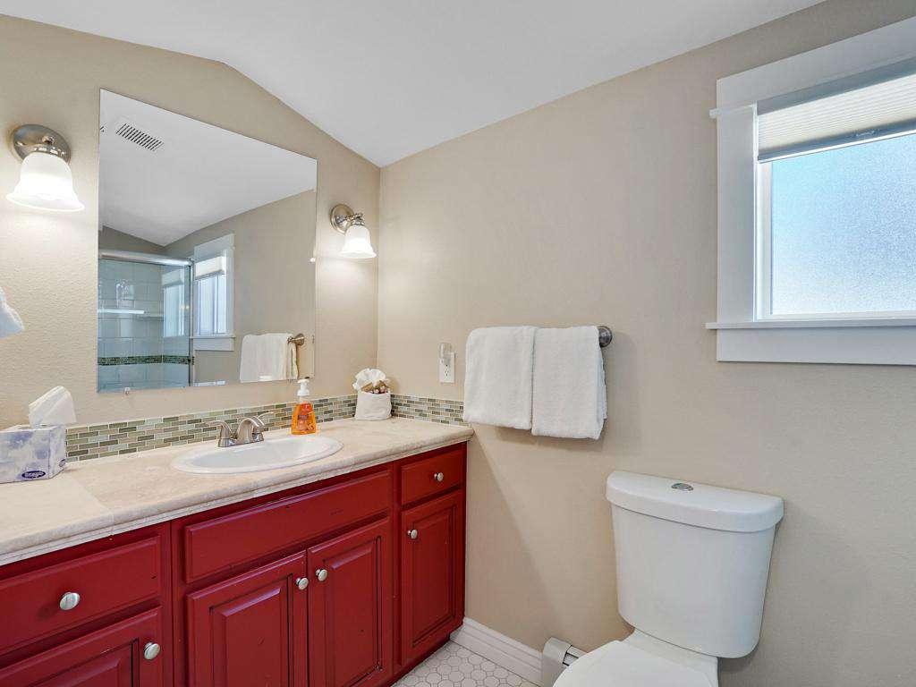Spotless clean bathroom; easy access between Queen bedroom and bunk bed room.