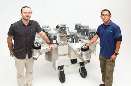 スタンダードムーブ株式会社代表取締役ボー・リタリック氏(左)、伊尾木浩二氏
