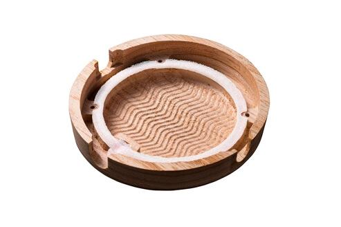 「福島県会津地方産桐を使用したハウジング」と「綾杉彫り」