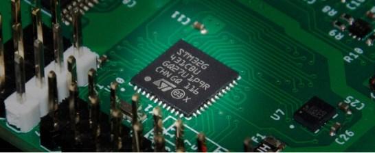 高速なマイコンを搭載(ArduinoUNO比で最高366倍の計算速度)