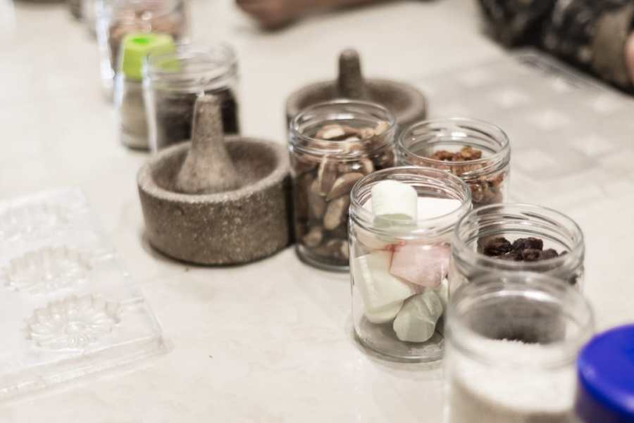Cusco's chocolate museum - A workshop bench displaying ingredients, a mortar & pestle, as well as a tray for creating delicious chocolate