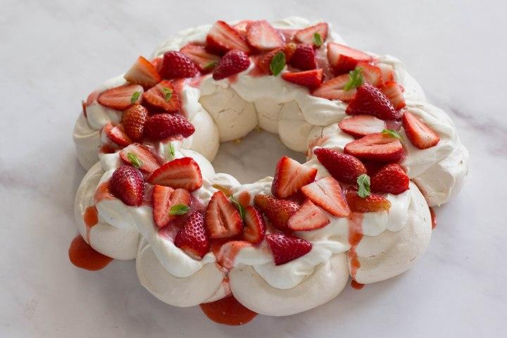 פבלובה עם קרם מסקרפונה, תותים ונענע