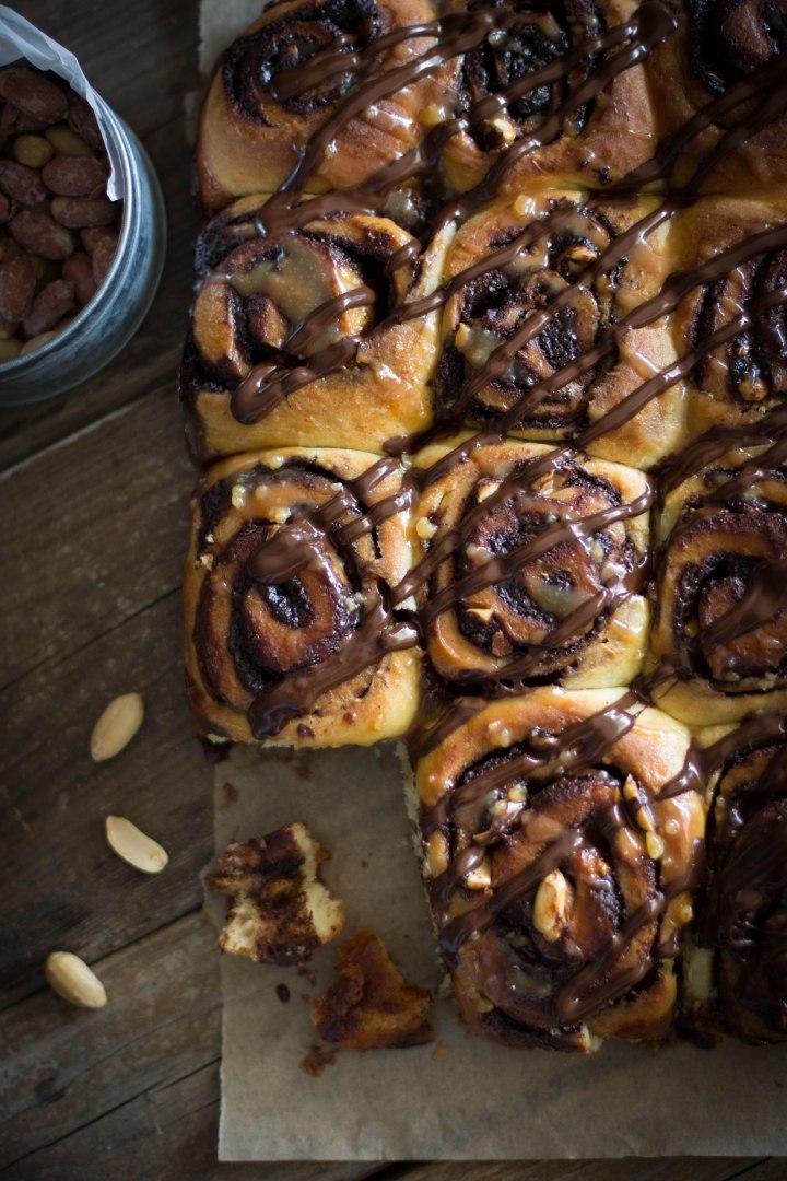 עוגת שמרים סניקרס (עם שוקולד, קרמל ובוטנים)