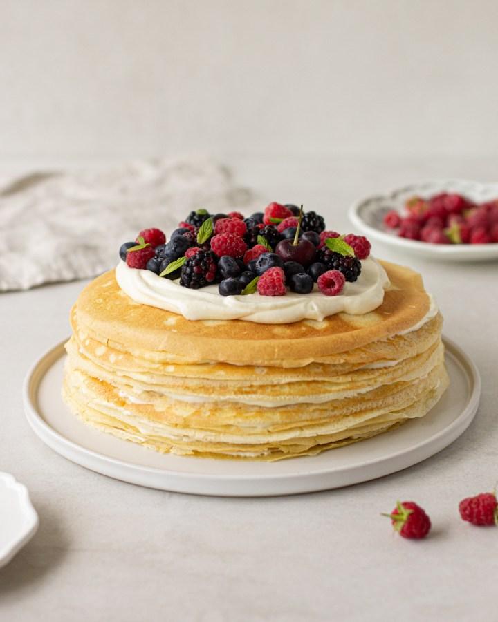 עוגת קרפים עם קרם לימון ופירות יער