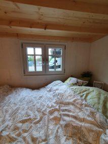 Der ebenerdige Schlafbereich unter der Empore mit Sprossenfenstern