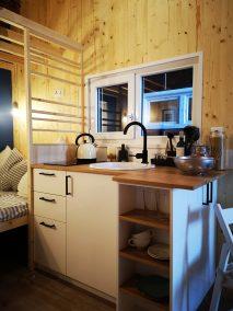 Die Küche der Möhne mit Waschbecken und Kochfeld