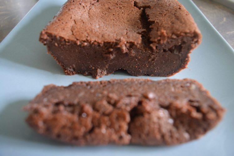 polozone na talerzu ciasto czekoladowe z ukrojonym kawalkiem