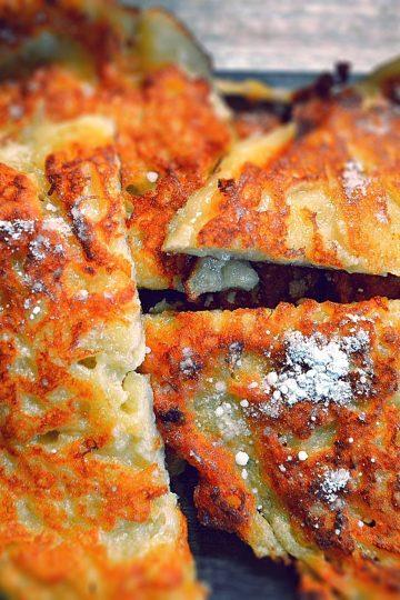 galettes de pommes et farine dorées, coupées en deux, saupoudrées de sucre glace