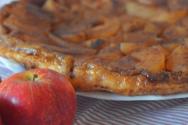 czerwone jablko, talerz z karmelizowanymi owocami na ciescie francuskim