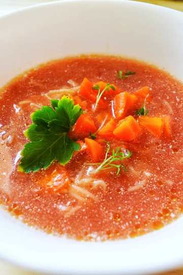 soupe à la tomate avec les petites patês, carottes coupés en dés, une feuille de persil