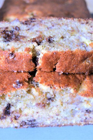 une tranche posé sur le gâteau entier