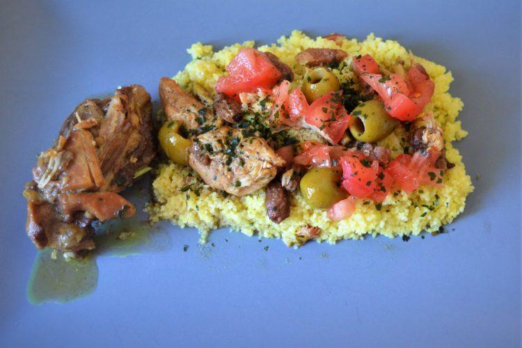cuisse de poulet au sauce, olives vertes , couscous,