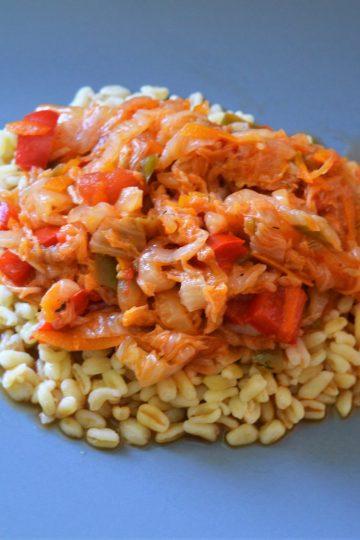 ragut de chou, morceaux de poivron rouge, blé cuite