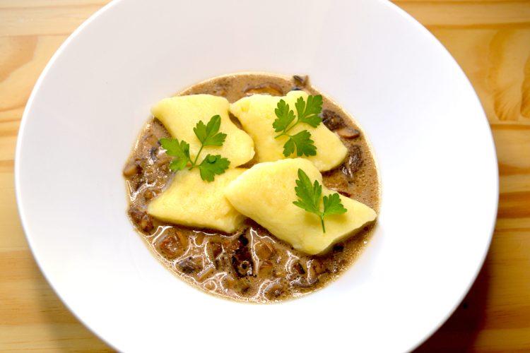 kopytka, gnocchi, sauce aux chapignons,