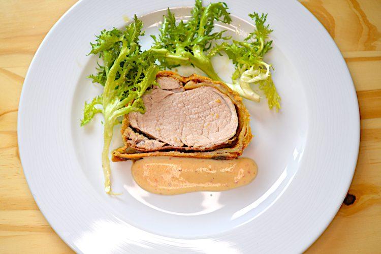 Polędwiczka wieprzowa, ciasto francuskie, sos parmezanowy,