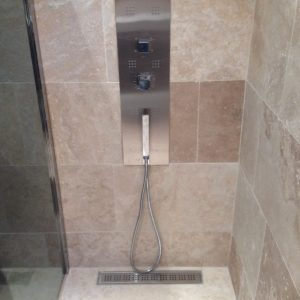 Receveur Bac à douche en travertin beige sur mesure Chez Pierre Discount
