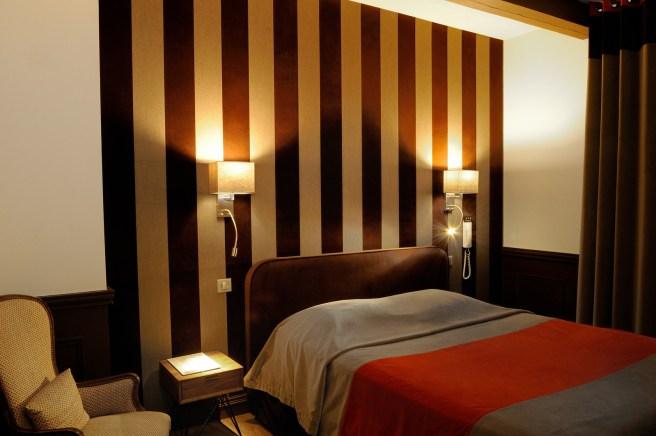Photographie de design intérieur d'une chambre d'hôtel en ambiance nuit.