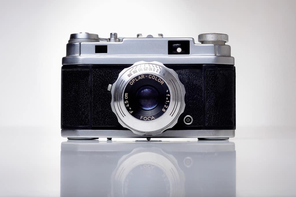 Un appareil photo, équipement essentiel du photographe freelance.