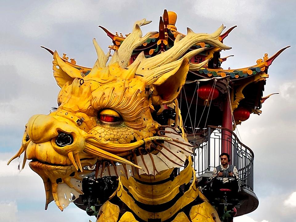 Photographie touristique du dragon Long Man de la compagnie Royal de Luxe.