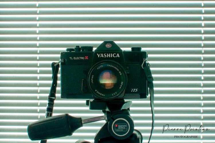 Un reflex argentique Yashika TL Electro X sur un trépied Manfrotto.