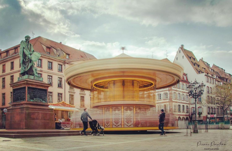 Photographie en pose longue du carousel de la place Gutenberg, à Strasbourg