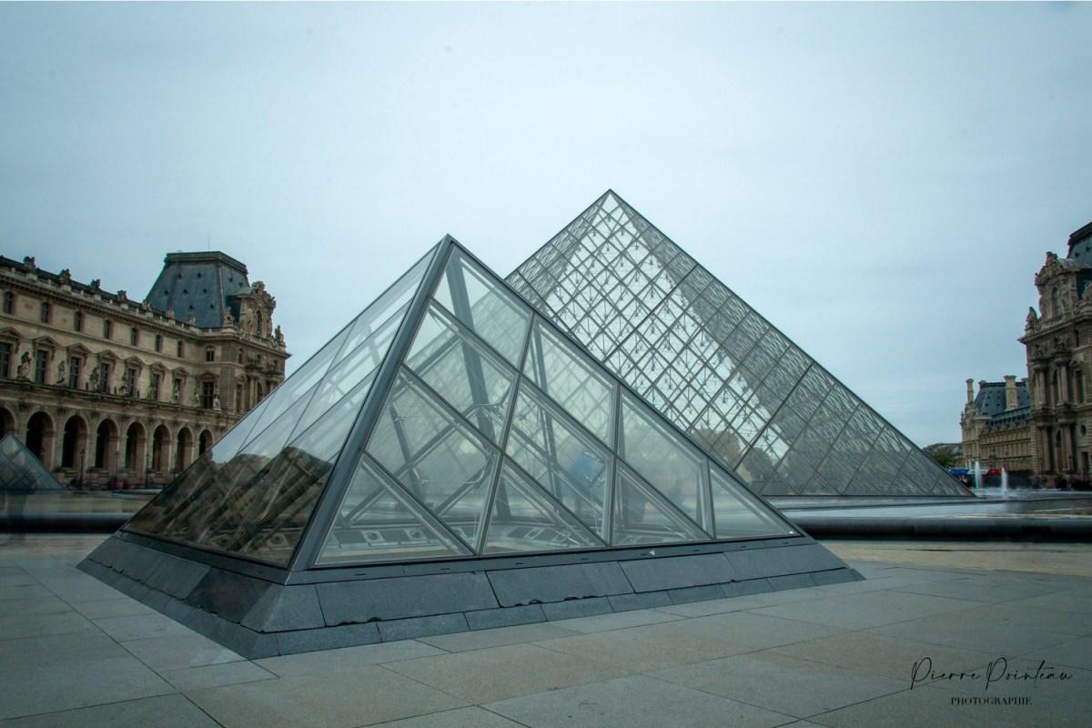 Photographie de la Pyramide du Louvre, à Paris, en France.