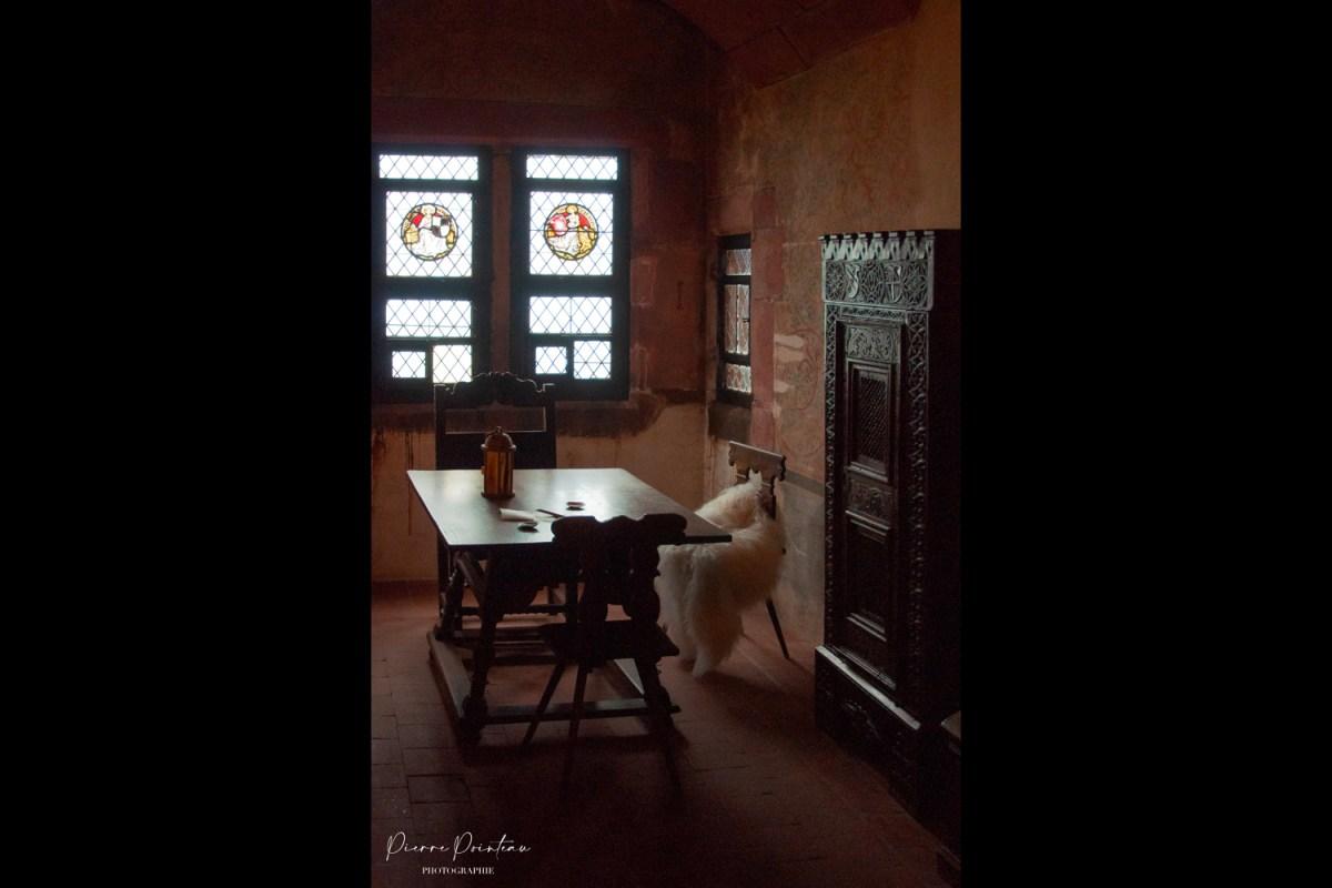 Photographie d'une pièce à l'intérieur du chateau du Haut-Koenigsbourg, en Alsace.