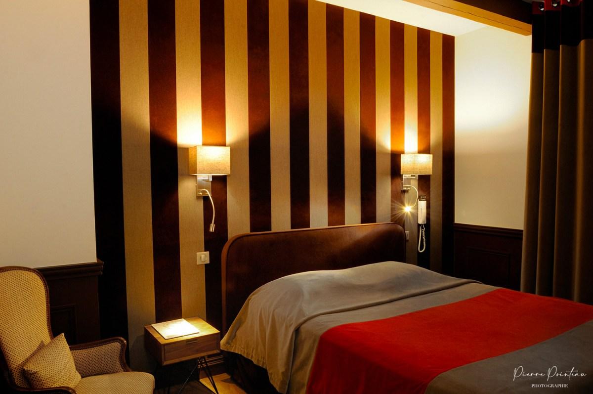 Photographie d'une petite chambre d'hôtel