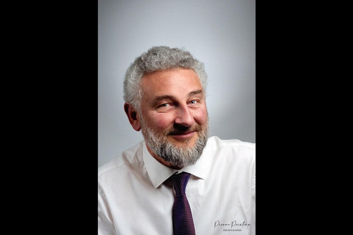 Photo de portrait institutionnel d'un homme, en éclairage artificiel
