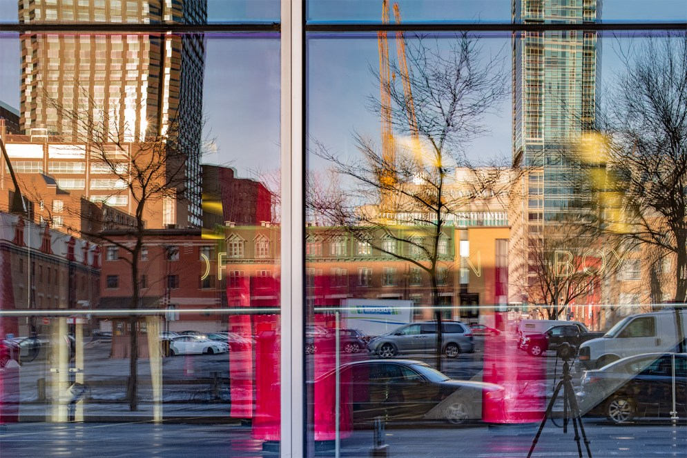 palais_congres_montreal_congress_windows_reflection_cormier_lipstick_s_w_DSC5170