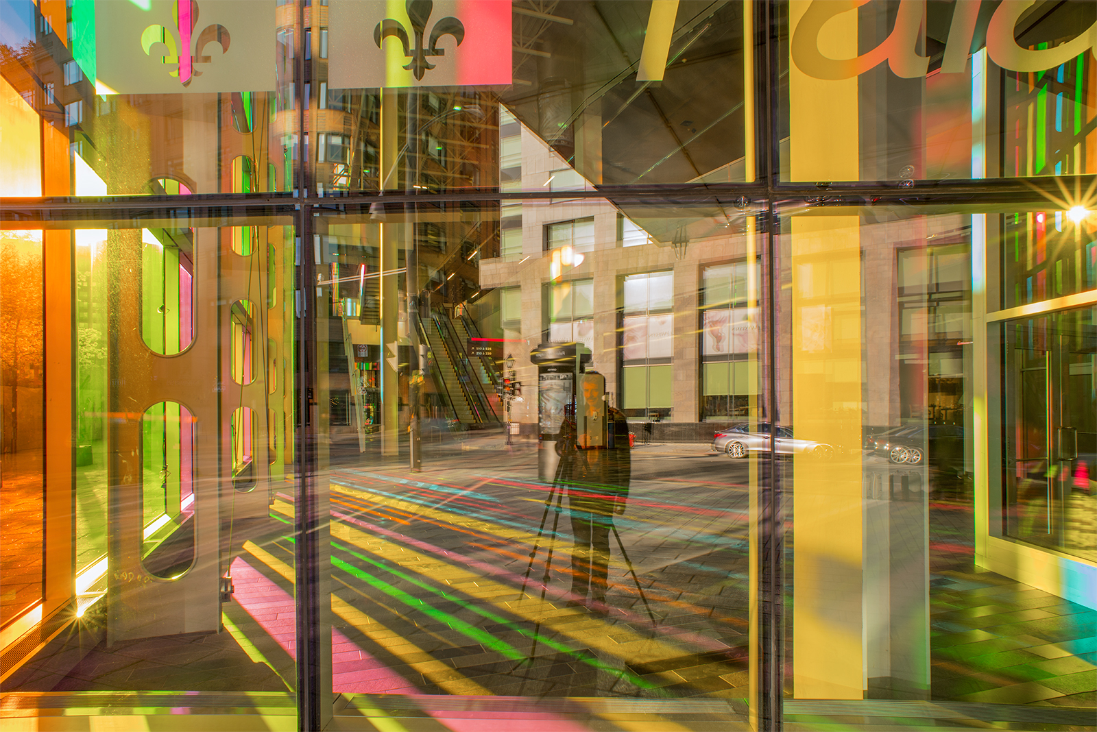 palais_congres_montreal_multicolor_selfie_sunset_reflestion
