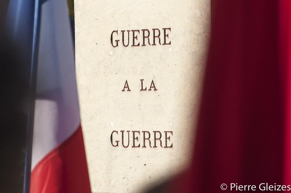 Rare monument aux morts n'exaltant pas le patriotisme. Inscription Guerre a la guerre,