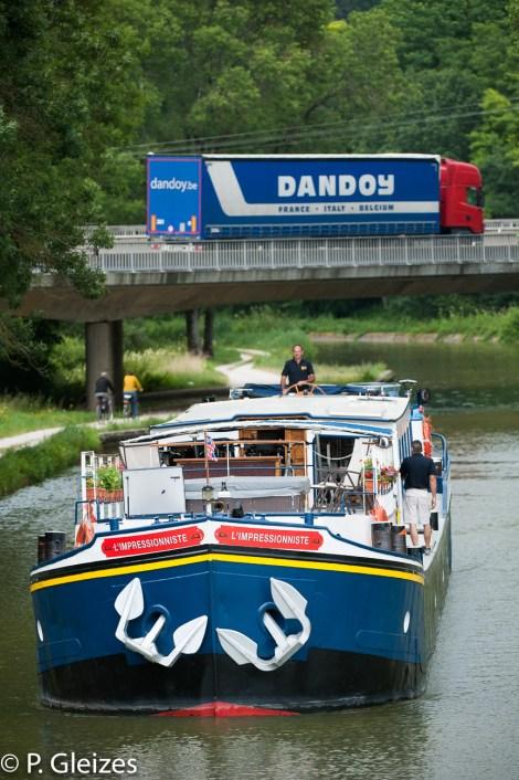 Camion poids lourd, transport routier international Rattenni, marchandises, pont canal de Bourgogne, reseau fluvial, vitesse lenteur