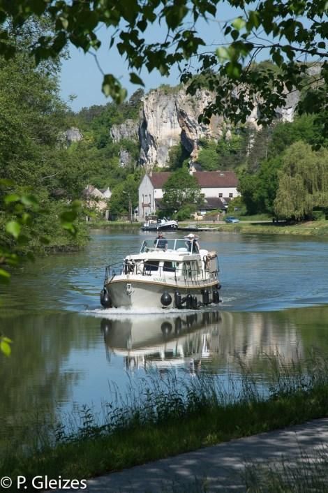 Bateau tourisme sur la riviere Yonne devant les faiaises du Saussois