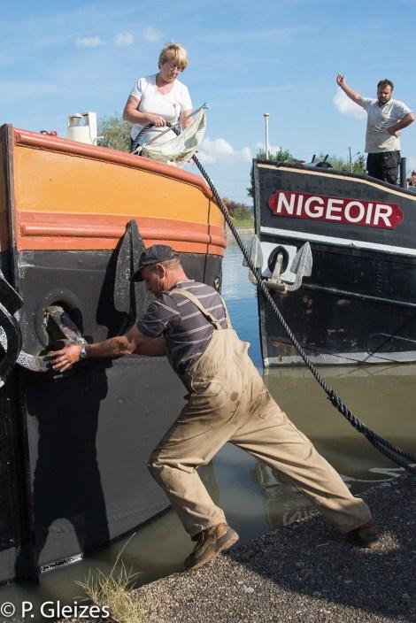 Depart pour Paris d'une peniche Freycinet transforme en logement flottant. Manoeuvre dans le port
