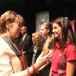 Madame David, Ministre de la Culture en grande discussion avec une élève