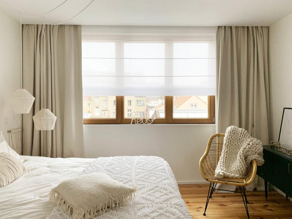 rideaux et store dans la chambre