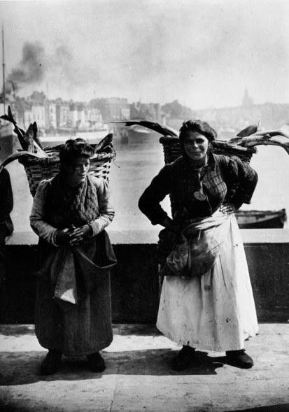 [Clio Team] 1900 1910 Seeberger photographes Marchandes de poissons à Dieppe, Commercial of fish with Dieppe