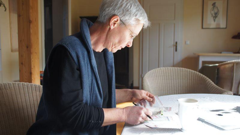 Cornelia Stollberg beim Beschriften von Saatguttüten