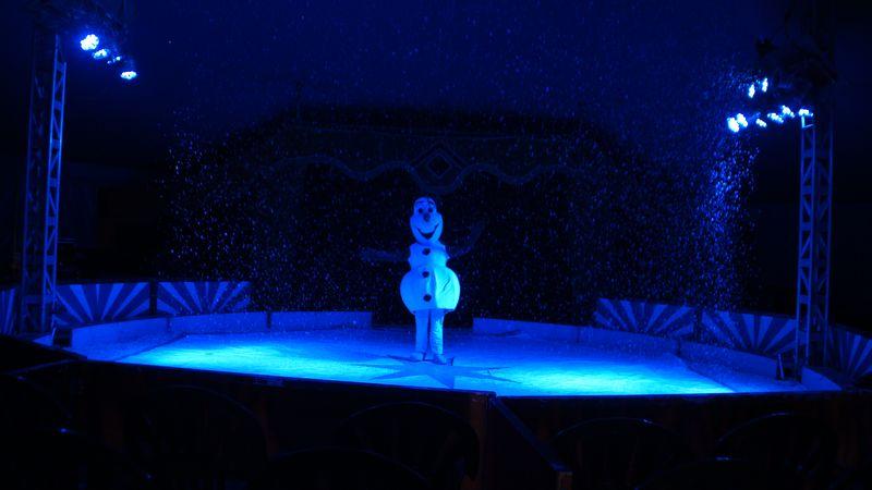 Für die Vorstellungen schlüpft Juniordirektor Mario Spehrlich ins Schneemannkostüm
