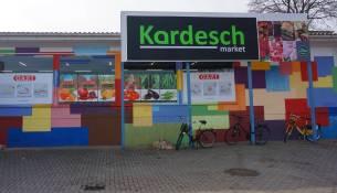 Der nagelneue Supermarkt lockt mit Werbung und Schild. Alle Foto: E. Renneberg