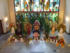 Angebot verschiedener Urnen für Bestattungen