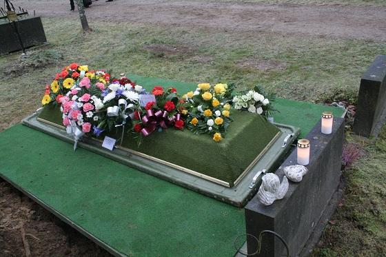Äidin haudalla.