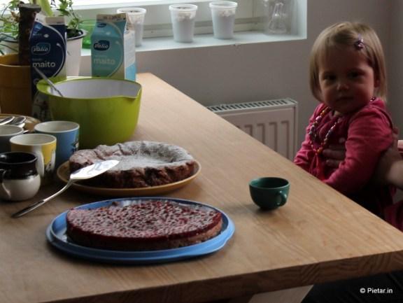 Kahvipöydässä puolukkajuustokakkua ja mutakakkua.