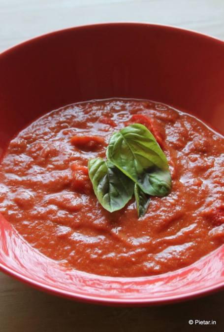 Tomaatti-paprikakeittoa lautasella.